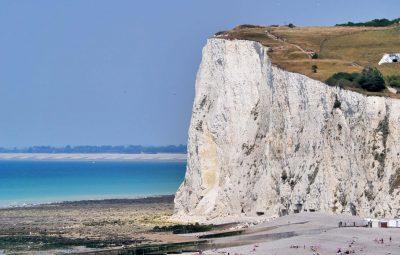 Une plage en Normanide au pied de falaises blanches