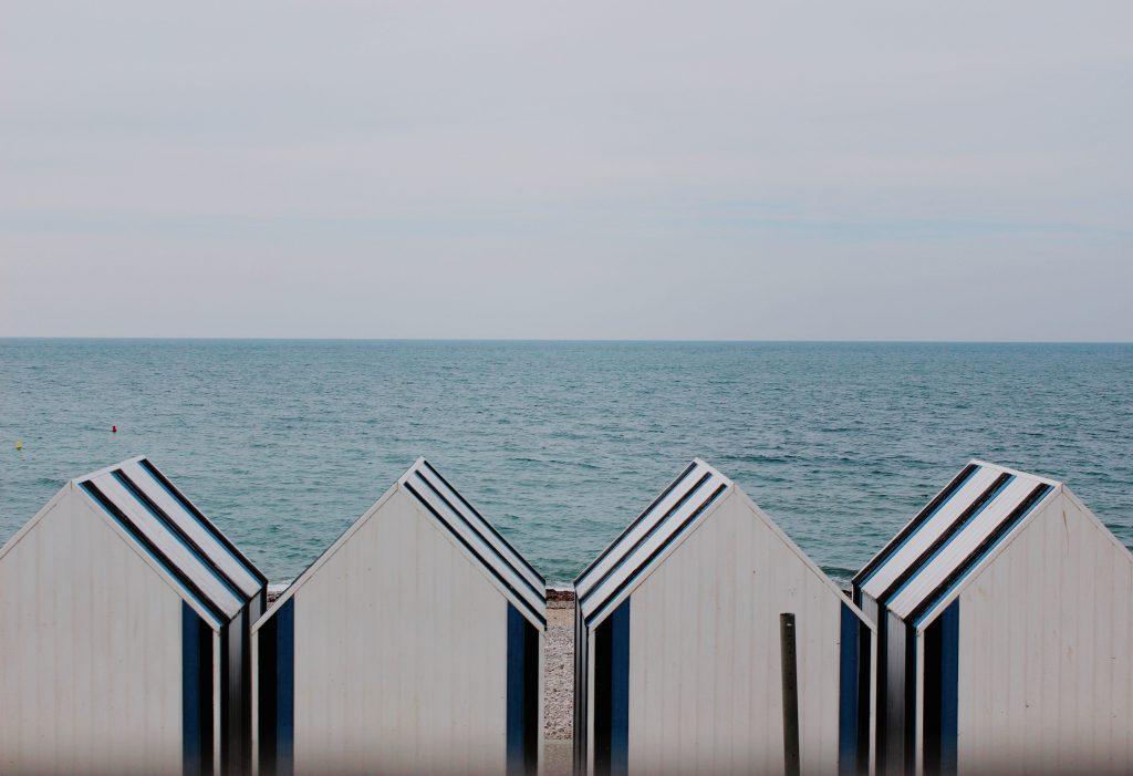 Des cabanes de plage sur une plage normande