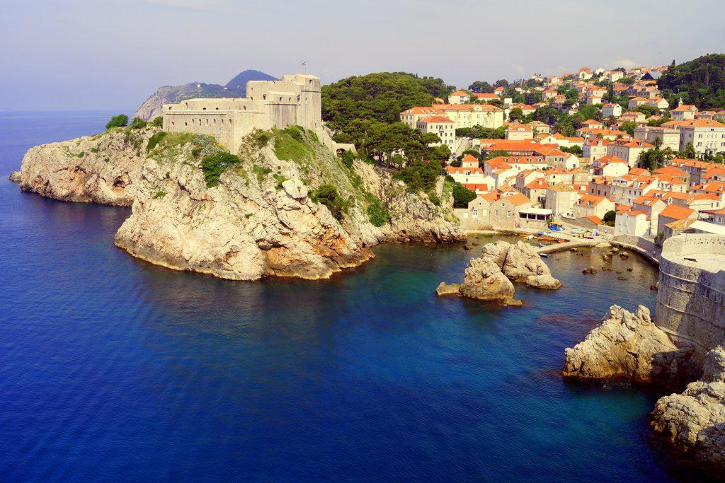 Ville de Dubrovnik en Croatie vue depuis la mer et d'en haut