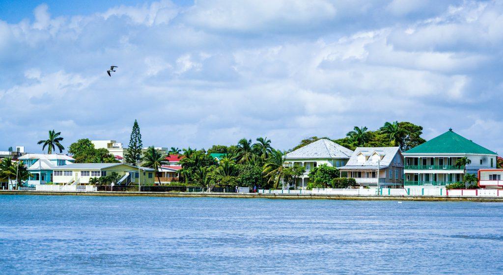 Panorama de Belize City depuis la mer des Caraïbes