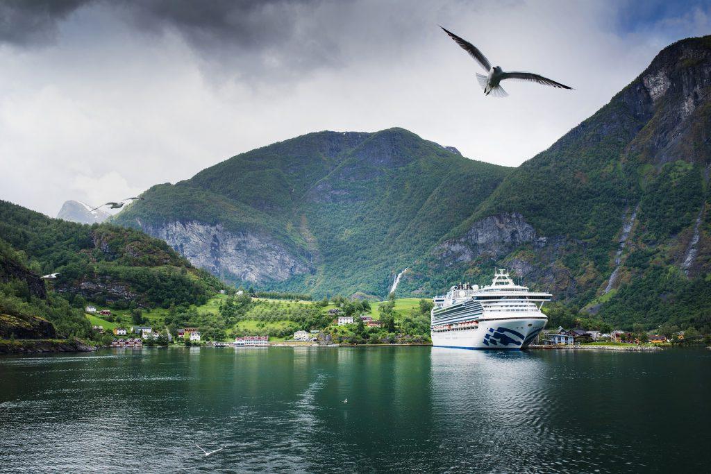 Bateau de croisière sur un fjord en Norvège