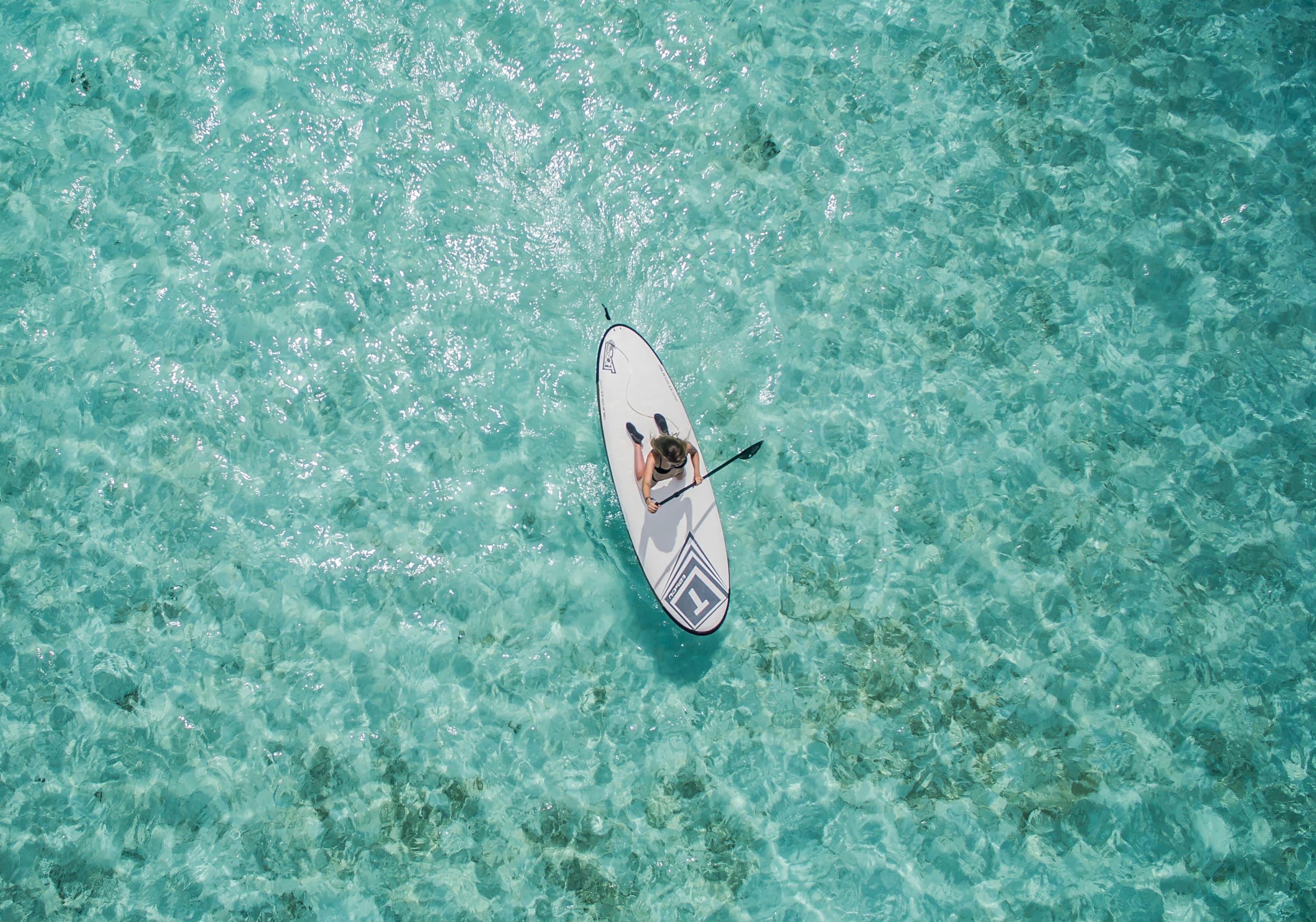 une personne fait du kayak aux maldives