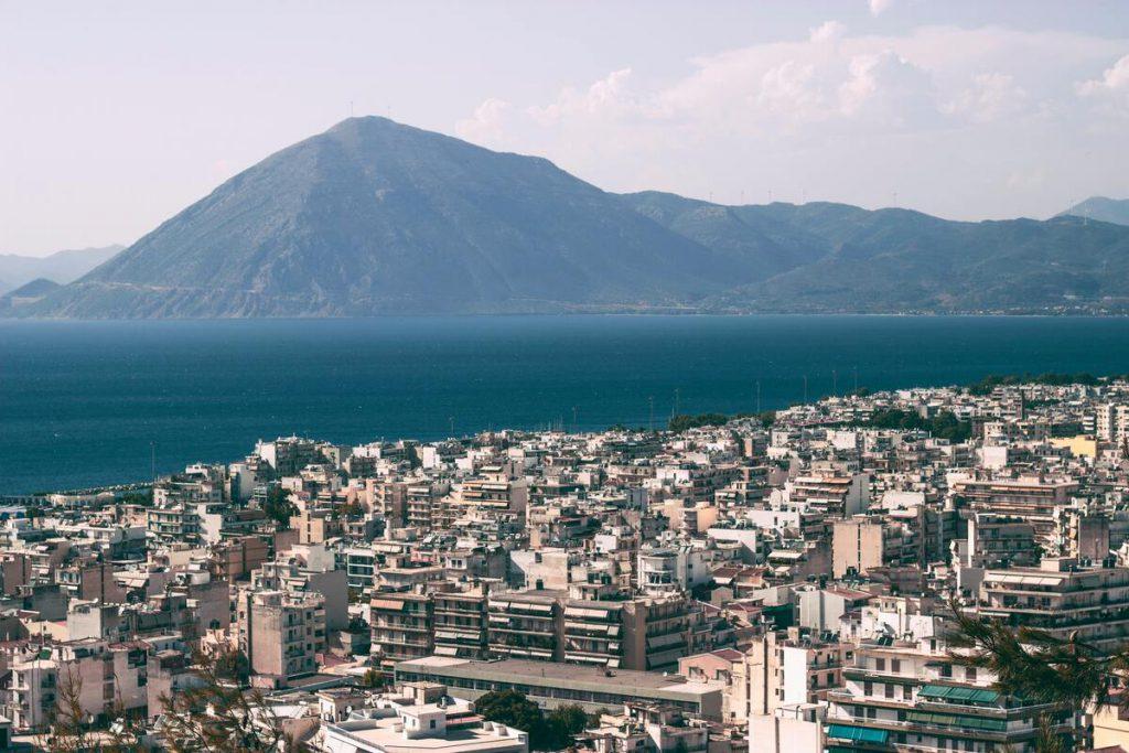 vue sur la ville de patras dans le peloponnese