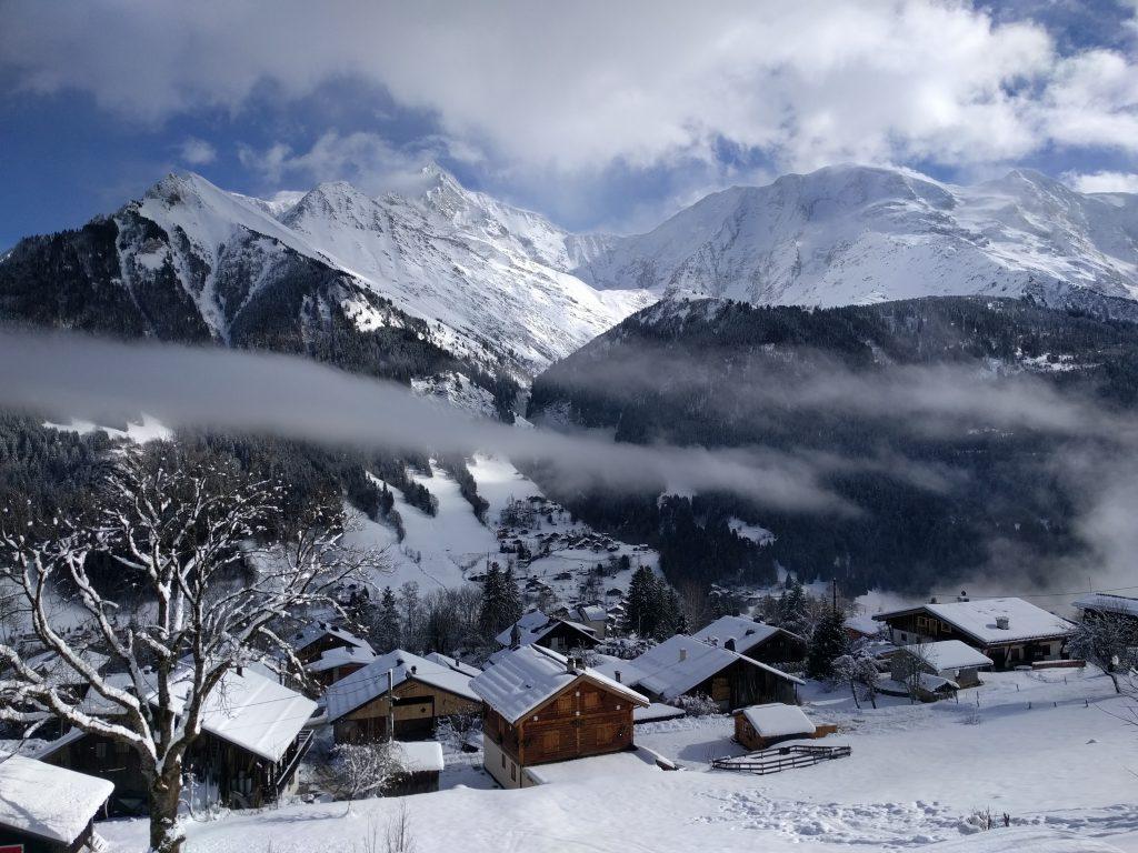 Un village de montagne sous la neige