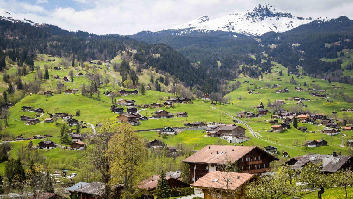 Une vallée avec des maisons à la montagne