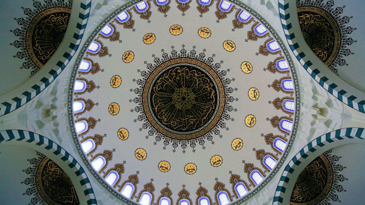 dome d'une mosquée vu de l'intérieur