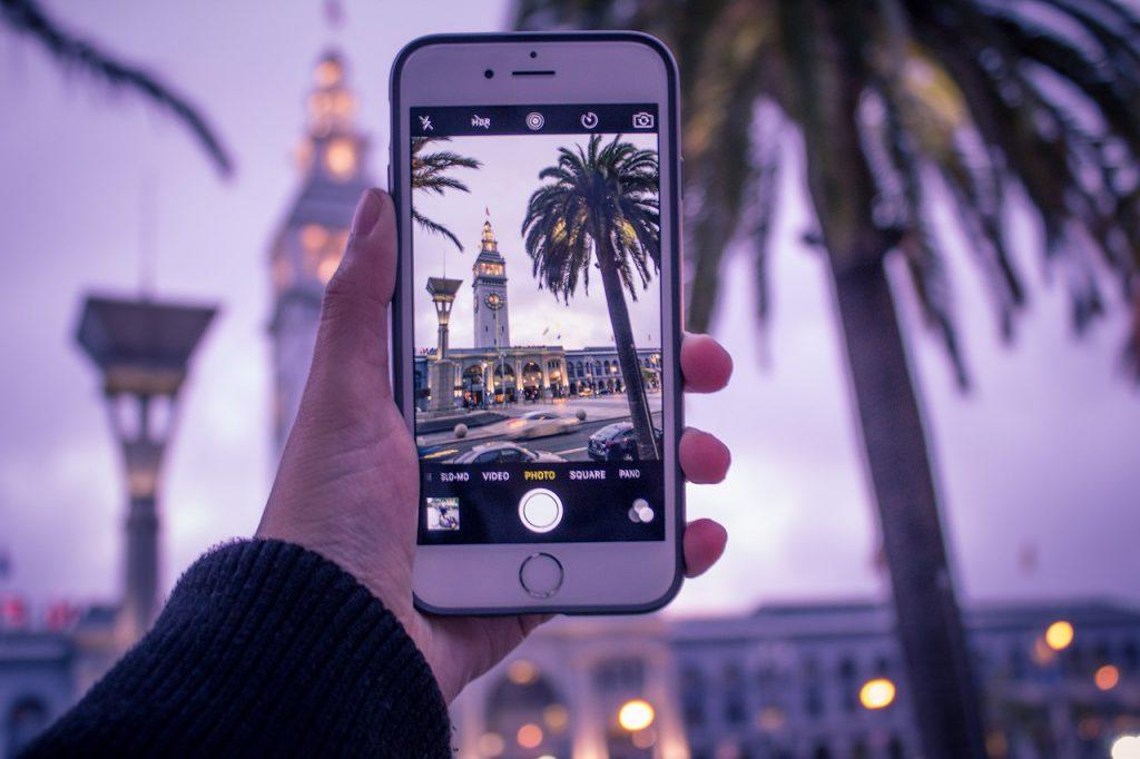 personne qui prend une photo avec son téléphone