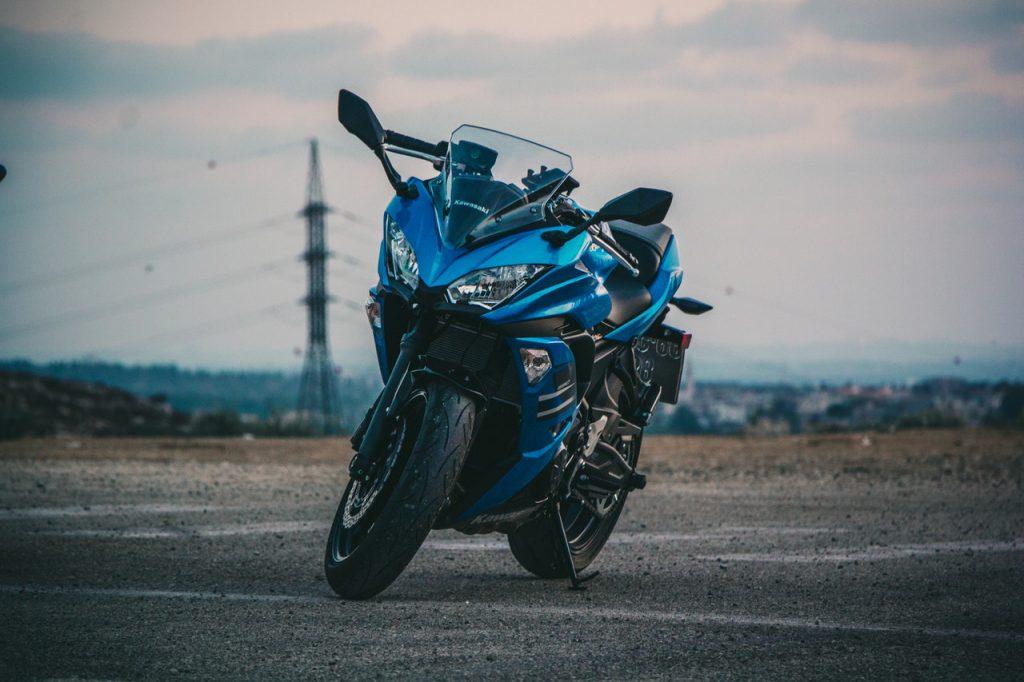 moto à l'arrêt sur une route