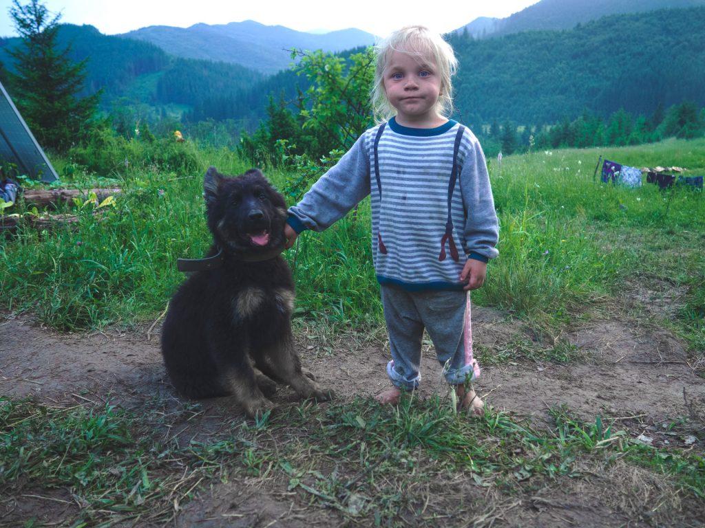enfant avec un chiot à côté