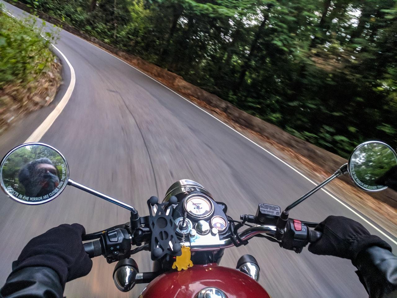 image en vue subjective d'un motard en train de conduire